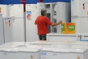 Consumidor olha geladeira, eletrodoméstico