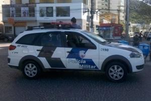 Policiamento refor�ado na Praia da Costa, viatura no calcad�o