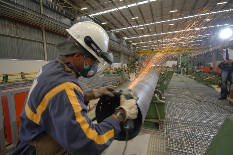 Soldador trabalhando na linha de produção de tubos na fábrica TSA Tubos Atlântica. Crédito: Divulgação