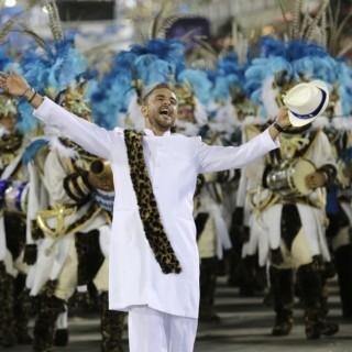 O cantor Diogo Nogueira durante desfile da escola de samba Portela