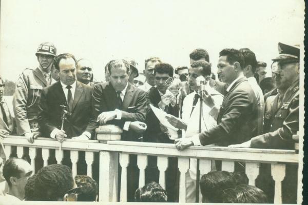 João Goulart, com as mãos cruzadas e a cabeça baixa, em visita ao Espírito Santo. Fevereiro de 1964