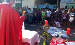 Padre Kelder Brandão já celebrou missa de Ramos em frente a corpo de pessoa assassinada na rua. Crédito: Internauta