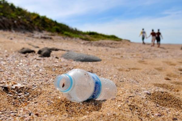 Garrafas de plástico e sacolas são deixadas por visitantes na Ilha de Pituã