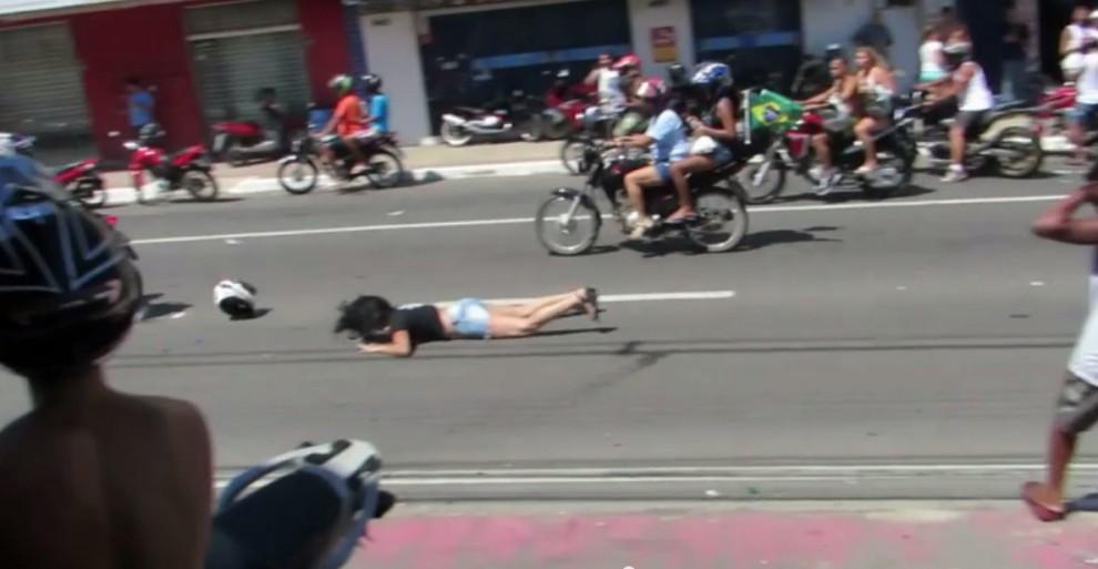 Adesivo De Bailarina ~ Internauta filma momento em que motociclista empina moto e carona cai no ch u00e3o