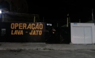 Na calada da noite, leitora da coluna encontrou a Operação Lava Jato atuando em Muquiçaba, Guarapari. Não se sabe ao certo o final desse enredo, mas, se tudo correr bem, a lavagem será completa e toda a sujeira não será jogada debaixo do carpete. Vamos torcer.