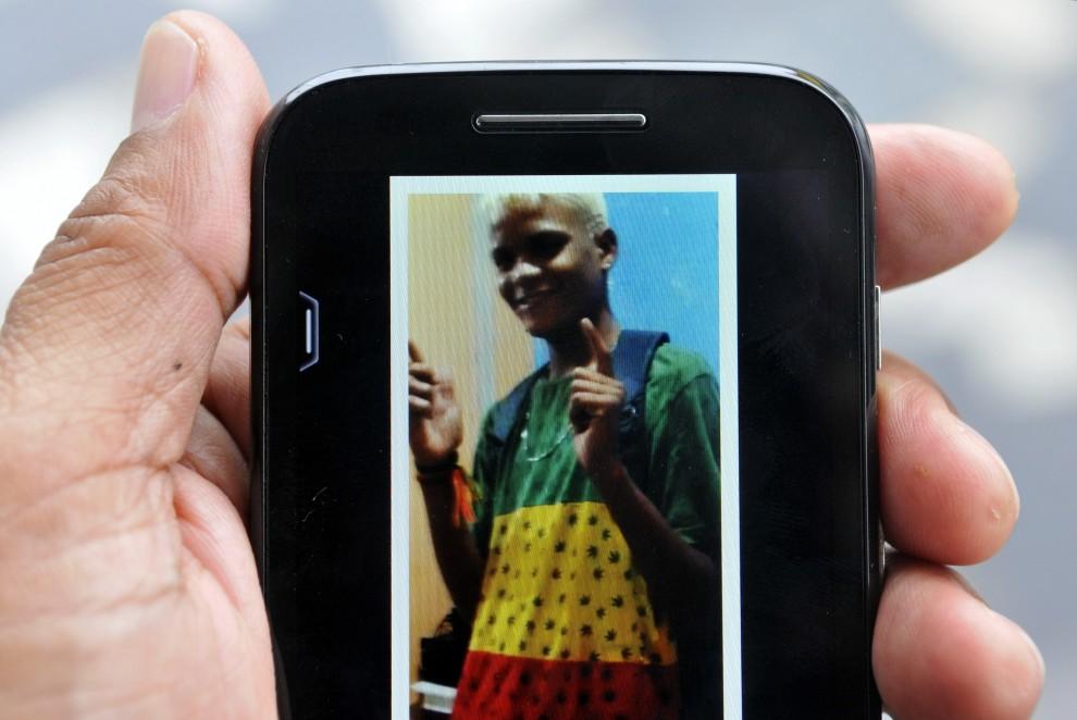 Charlisvan, 17, foi atacado por homens com porretes, armas de choque e de fogo