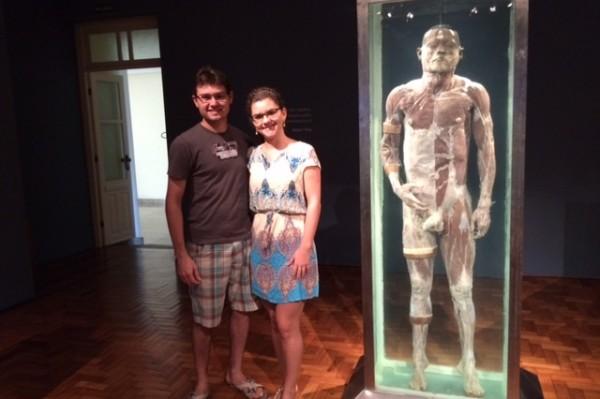 Visitantes ao lado corpo humano real na exposição em Vitória