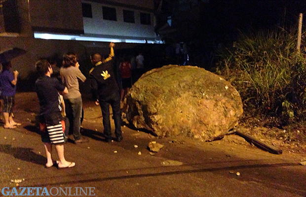 Pedra rola de morro e atinge prédio em Santa Teresa | 06/10/2015