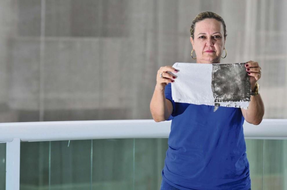 Giovana Teixeira sofre com o pó preto em sua casa