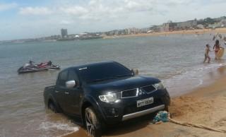 Carro atolado na Praia Central, em Marataízes, nesta sexta-feira (29)