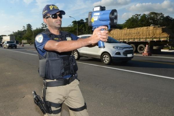 Agente da PRF com radar móvel. Crédito: Carlos Alberto Silva | Arquivo | GZ