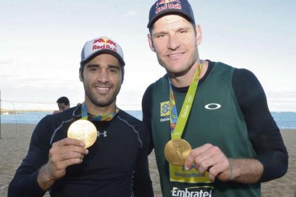 ES - Vila Velha - Medalhistas olímpicos de volêi de praia, Alison Cerutti e Bruno Schimidt
