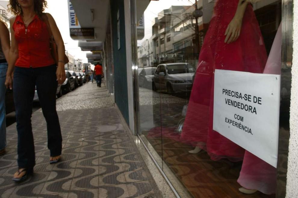 Aviso em vitrine de loja informa sobre vaga aberta. Crédito: Ricardo Medeiros