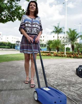 A aposentada Joelva Gomes,  que perdeu a visão na adolescência devido a transtorno conhecido como degeneração macular, participa como consultora voluntária das pesquisas. Ela diz que Lysa é uma esperança e que incentivou desde o começo para que Neide levasse o projeto adiante