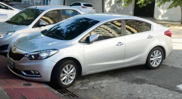 Carro Cerato do agente penitenciário saindo do DML, acusado de ter atirado na própria esposa grávida na Pedreira, em Guarapari