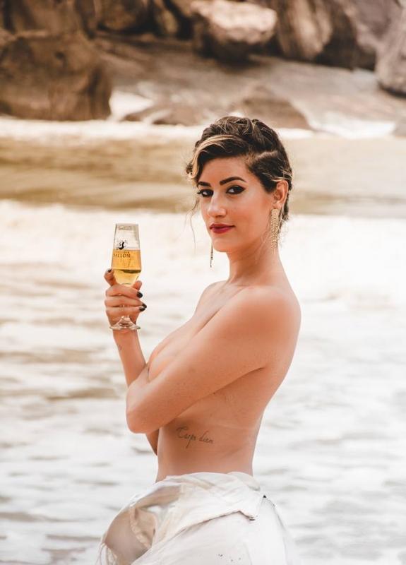 Josi Manhaes fez um ensaio sensual após se divorciar