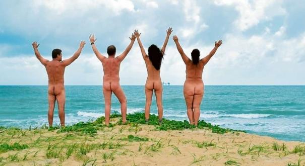 Na praia do Litoral Norte, frequentadores têm a liberdade de andar nus