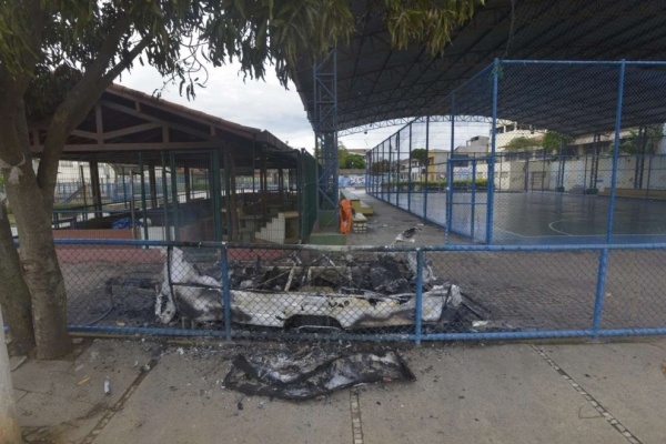 Trailer da PM foi incendiado em Goiabeiras