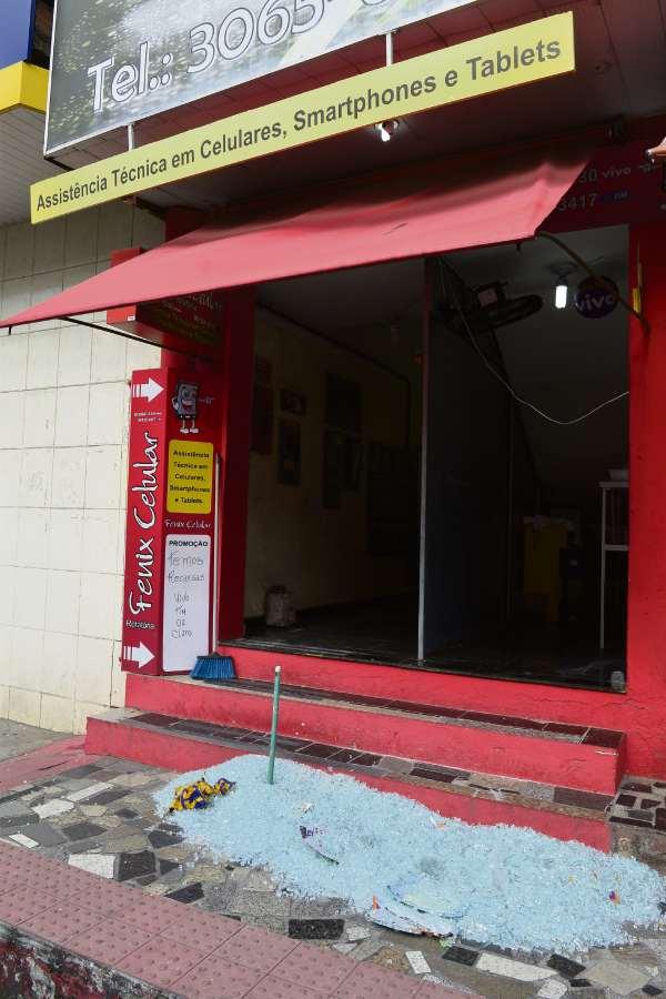 Uma loja de celulares na Avenida Central, em Laranjeiras, foi arrombada, e os aparelhos, roubados