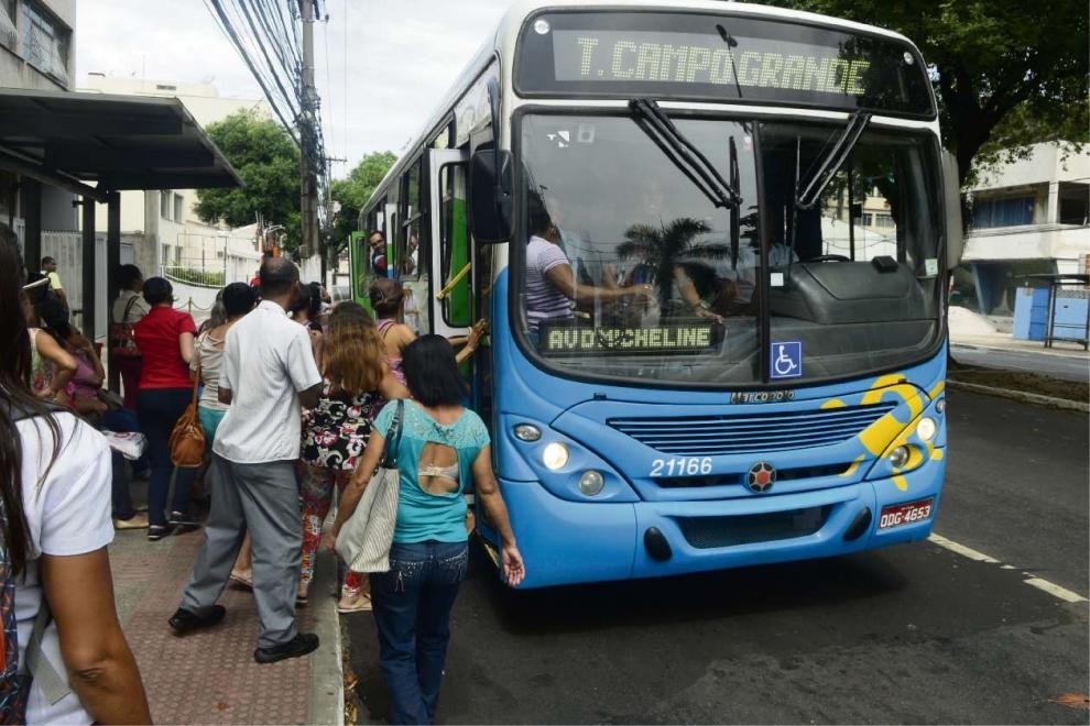 Ônibus circularam cheios nesta segunda. Hoje os coletivos não vão sair das garagens. Crédito: Ricardo Medeiros