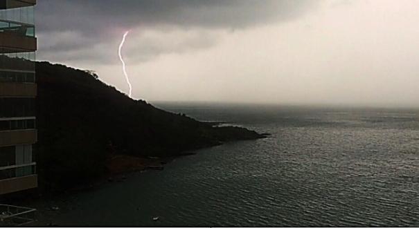 Internauta flagra raios no mar durante tempestade em Guarapari
