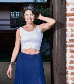 Há quatro anos Karla Barros parou com a tintura e adotou  as madeixas brancas