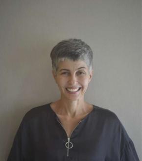 Há um ano Karla Giaretta exibe os cabelos brancos: em caráter definitivo
