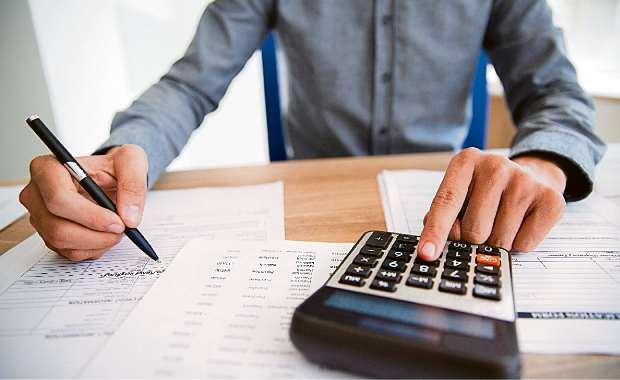 De olho na calculadora: se na venda há ganho de capital, pagam-se 15% sobre  valor. Crédito:  Freepik.com