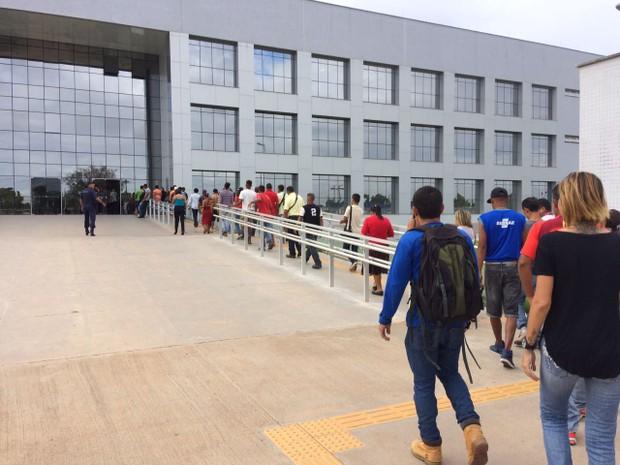 Venezuelanos fazem fila para receberem atendimento na sede da PF em Boa Vista. Crédito:  Emily Costa | G1 RR