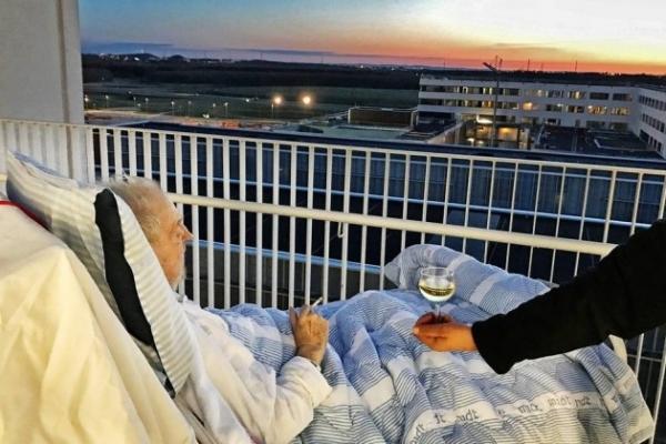 Carsten Flemming Hansen fumou um cigarro e tomou uma taça de vinho branco enquanto observava o pôr do Sol
