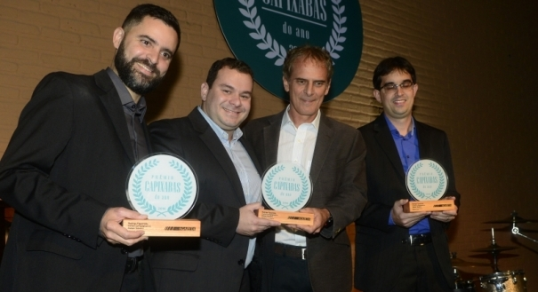 Os médicos Carlos Campagnaro, Rafael Teixeira e Rodrigo Figueredo receberam o prêmio das mãos do diretor executivo de jornais, rádios e digital Marcello Moraes