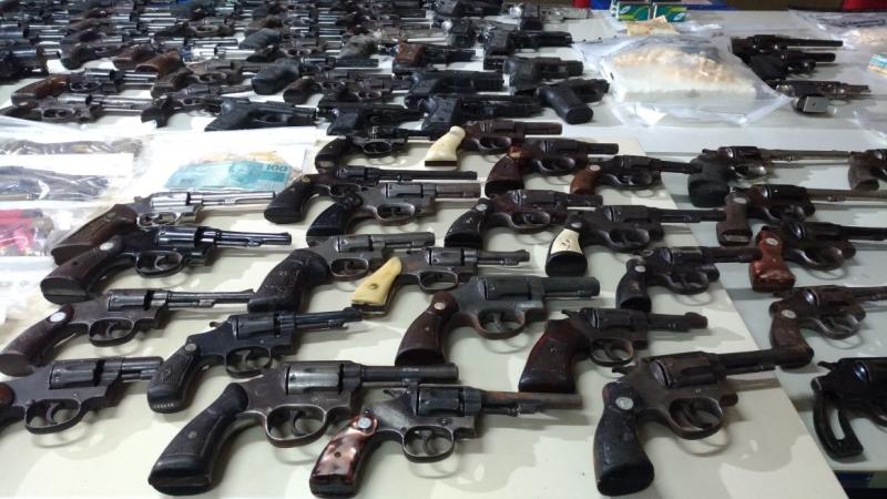 Diversas armas foram apreendidas com suspeitos de invadir Fórum na Serra