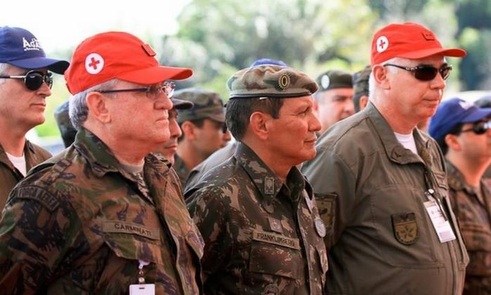 O general da reserva Franklimberg Ribeiro (centro) . Crédito: Divulgação