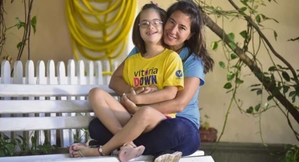 Ela é mãe de Juana, 12, que tem síndrome de down, e cita a importância das escolas se adaptarem às necessidades de cada criança e as dificuldades de professores, sem estrutura