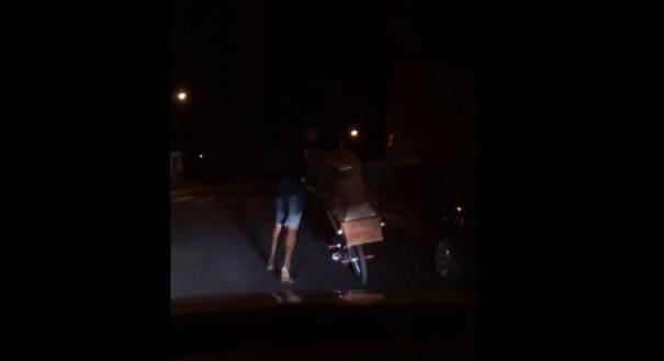 Jovem foi flagrado por testemunhas passeando com o caixão pela cidade de Prata, no Triângulo Mineiro