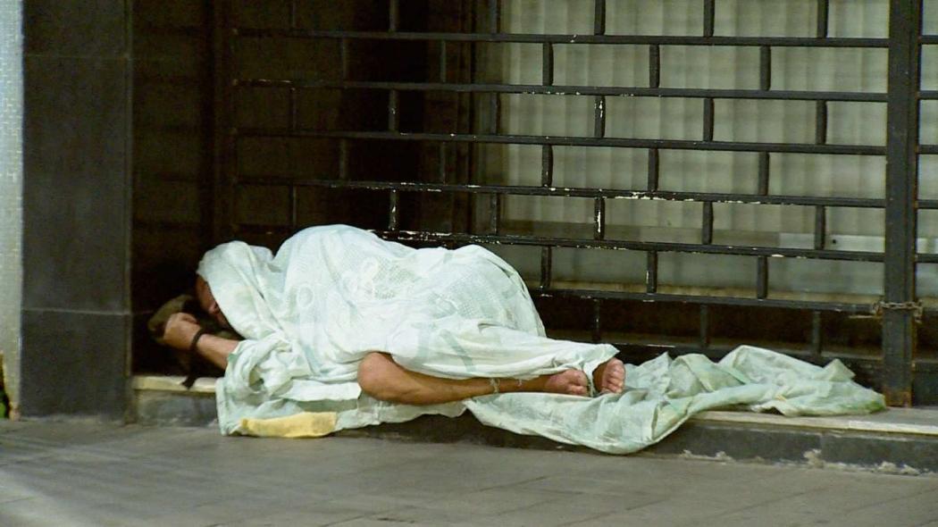Homem improvisa com lençóis para se abrigar do frio embaixo de marquise. Crédito: Vinicius Gonçalves/TV Gazeta