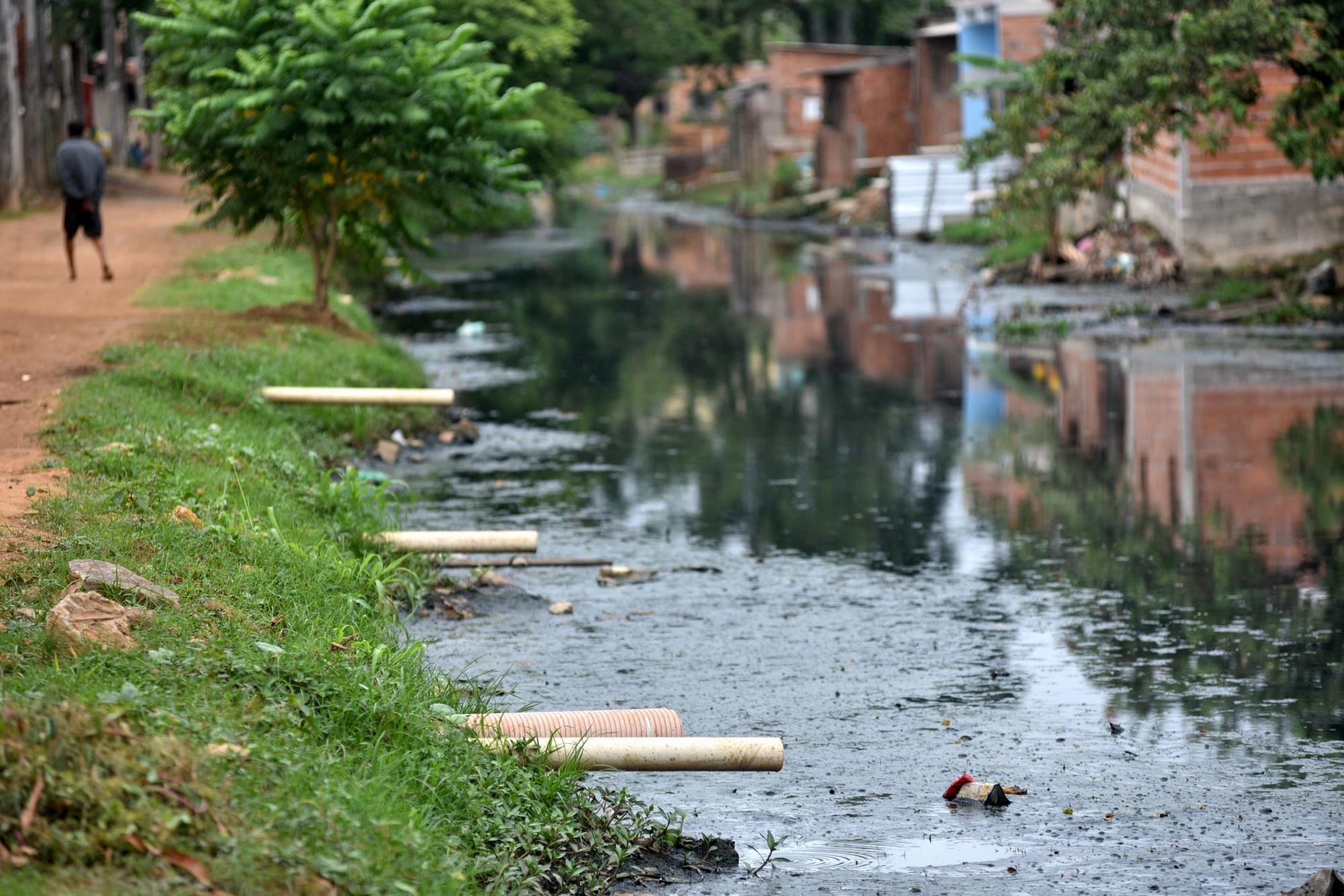O triste retrato brasileiro: canos despejam esgoto nas águas do Rio Marinho