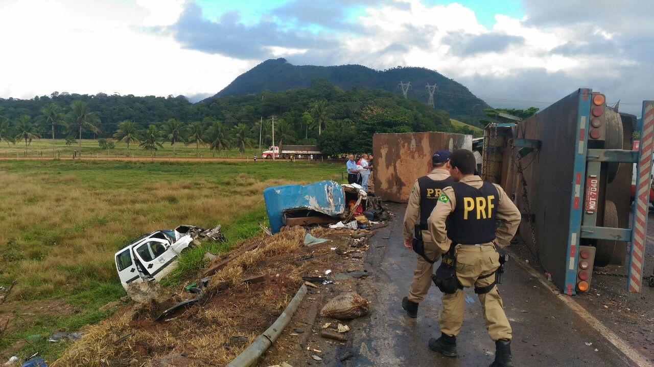 Acidente entre ônibus, ambulâncias e carreta na BR 101, em Guarapari, deixou 23 mortos. Crédito: Ruhani Maia