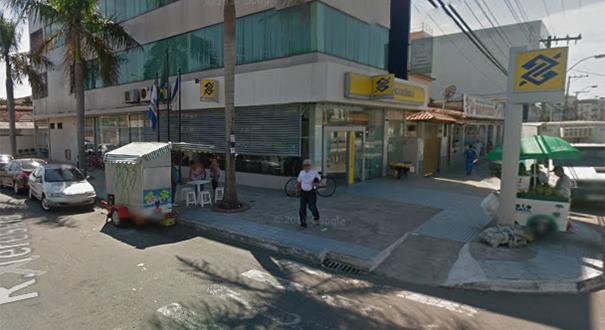 Empresário foi baleado ao deixar o Banco do Brasil em Jacaraípe. Crédito: Reprodução/GoogleStreetView