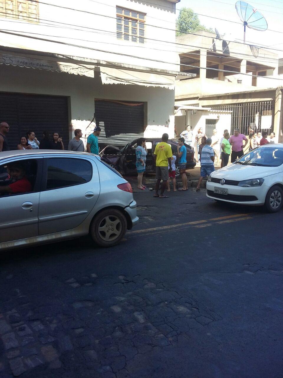 Idoso morre após bater carro em porta de fábrica de roupas no bairro São Braz, em Colatina