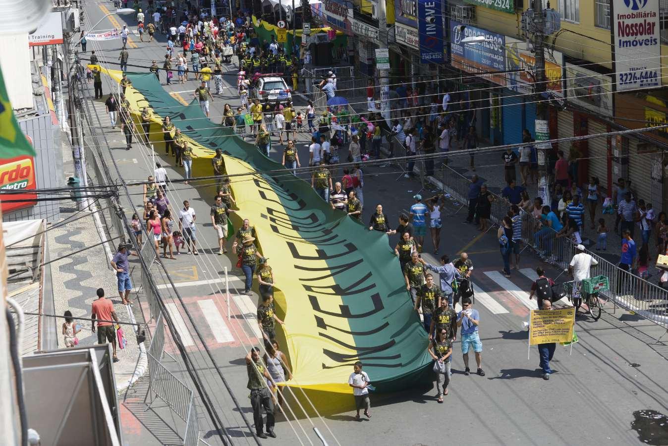 """Faixa exibida durante protesto pede """"intervenção constitucional"""" no país"""
