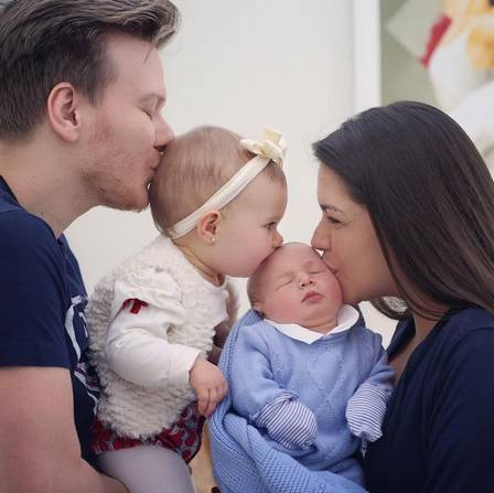 Michel Teló e Thais Fersoza publicam foto de Melinda beijando o irmãozinho. Crédito: Reprodução