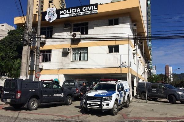 Polícias Militar e Civil fizeram grande operação no Bairro da Penha, em Vitória. Suspeitos e apreensões foram encaminhados à DHPP