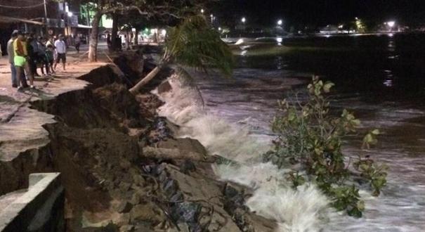 Ressaca do mar causa destruição em Meaípe, em Guarapari