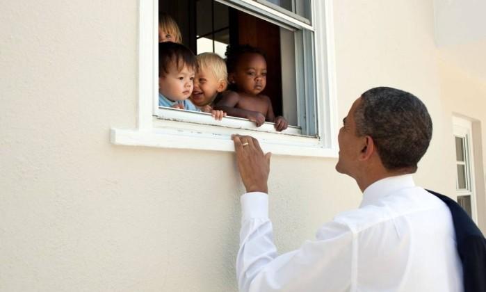 Obama postou no Twitter imagem com crianças de diferentes etnias: 'Ninguém nasce odiando outra pessoa por causa da cor de sua pele, por sua origem ou por sua religião', disse, citando Mandela. Crédito: Pete Souza/Casa Branca / Divulgação/@BarackObama