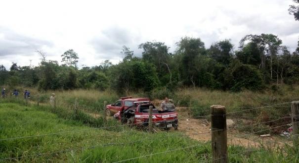 Equipe de bombeiros no local das buscas pelo caminhoneiro desaparecido