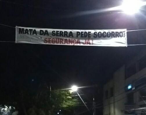 Moradores penduram faixas e pedem mais segurança no bairro Mata da Serra