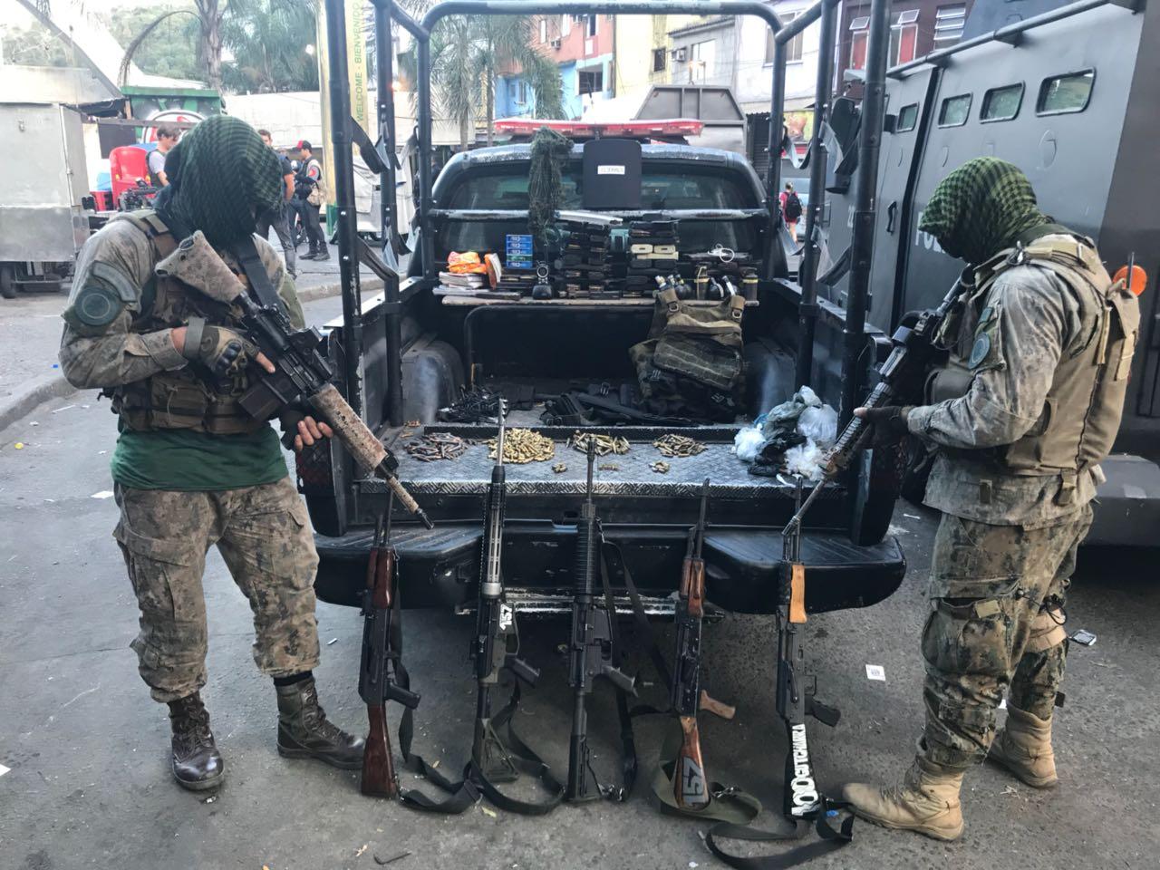 Há cinco meses, durante operação de cerco no Morro da Rocinha, o comportamento dos traficantes fortemente armados chamou a atenção do setor de inteligência. Crédito: Twitter (reprodução)/PMERJ