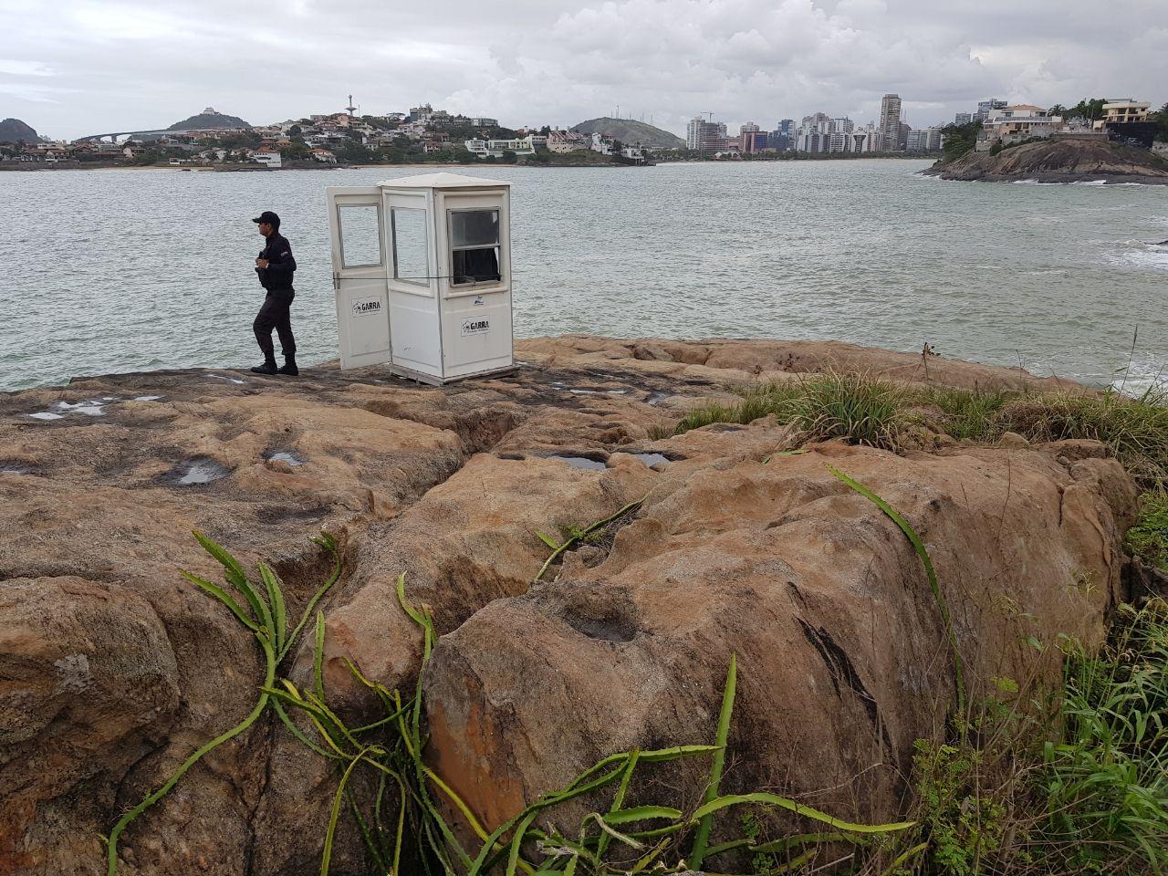 Ao tentar soltar linha de pesca, homem foi atingido por uma onda e arrastado para o mar. Crédito: Edson Chagas