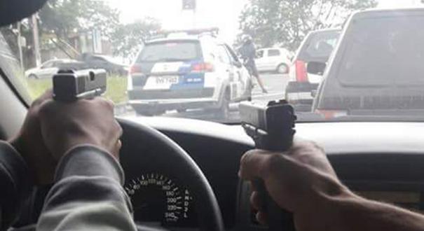 Bandidos aparecem em foto apontando arma para viatura da PM no ES